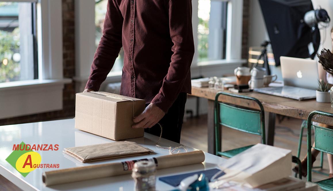 Para saber cómo embalar cuadros en una mudanza debes contar antes con algunos materiales de embalaje