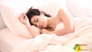Persona durmiendo en colchón.