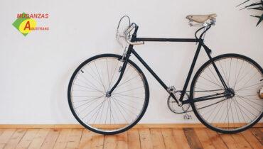 Bicicleta dentro de una casa.