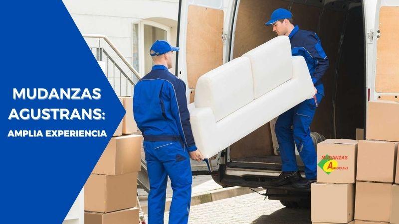 Imagen de empresa agustrans cargando muebles realizando mudanzas de oficinas